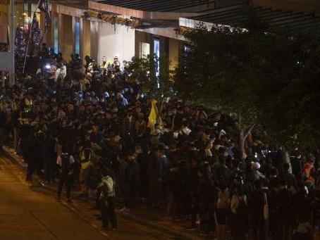 Accalmie rompue par des affrontements dans des centres commerciaux de Hong Kong
