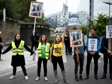 Portraits de Macron décrochés à Paris: huit militants condamnés chacun à 500 euros d'amende