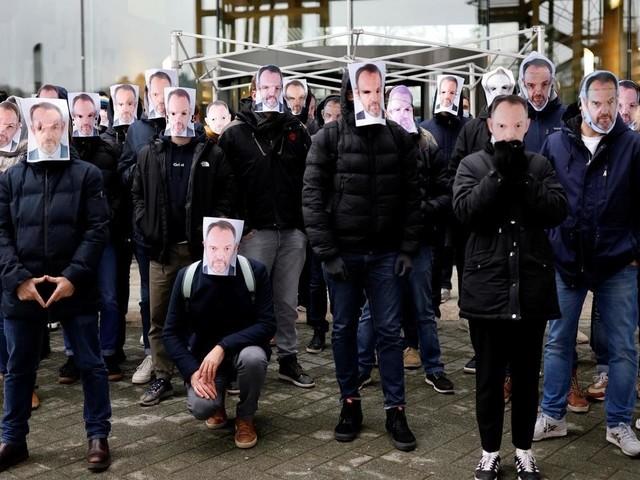Canal+: des dizaines de salariés rassemblés en soutien à Stéphane Guy