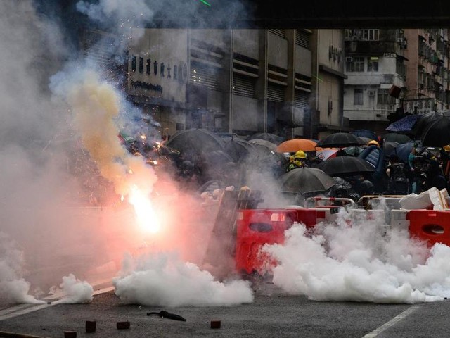 EN DIRECT - Escalade à Hong Kong : un policier tire avec son arme à feu