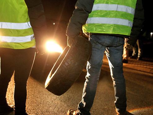 """Bilan d'un samedi """"gilets jaunes"""" en France: 227 blessés, 1 mort, 283.000 manifestants dont certains sont toujours à leur barrage..."""