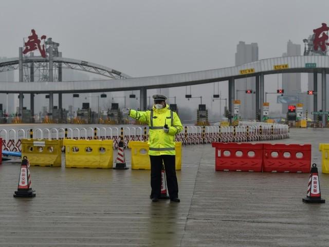 """""""Personne ne sort!"""": près de Wuhan, un barrage routier infranchissable"""