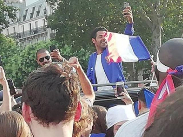 La France championne du Monde: Jamel Debbouze fait la fête à la Bastille