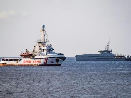 """Migrants : Open Arms refuse l'offre """"irréalisable"""" de l'Espagne d'accueillir son navire"""