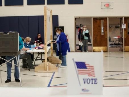 Longue attente pour des électeurs masqués: Le Wisconsin vote en pleine pandémie