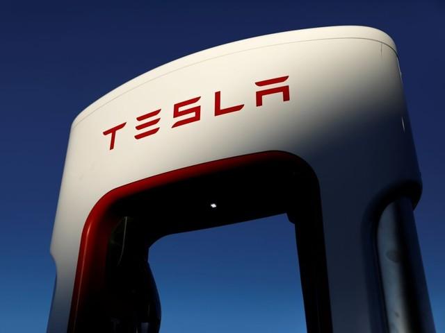 Tesla bat le consensus au 3e trimestre, le titre grimpe