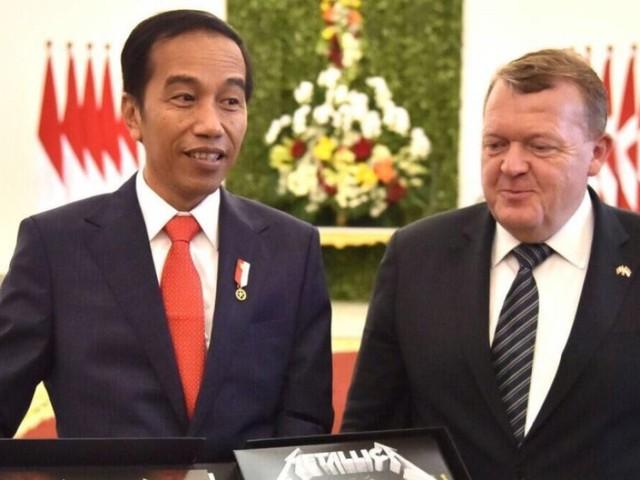 Reçu par le président indonésien Joko Widodo, le premier ministre danois Lars Lokke Rasmussen lui offre un coffret de vinyles Metallica