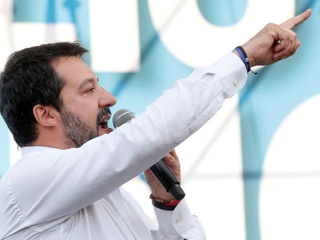 Italie: Enquête sur l'usage d'avions officiels par Salvini