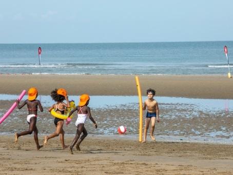 La plage de Deauville aux couleurs de milliers d'enfants défavorisés