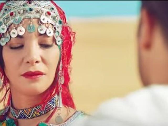 """Loubna Abidar s'essaye à la chanson avec """"Bella Hanouna"""" et le résultat ne convainc pas les internautes"""