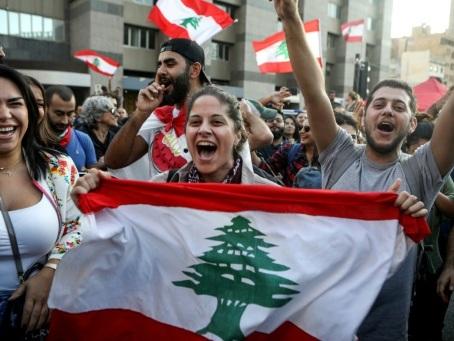 Liban: le Premier ministre démissionne sous les vivats au 13e jour de la révolte