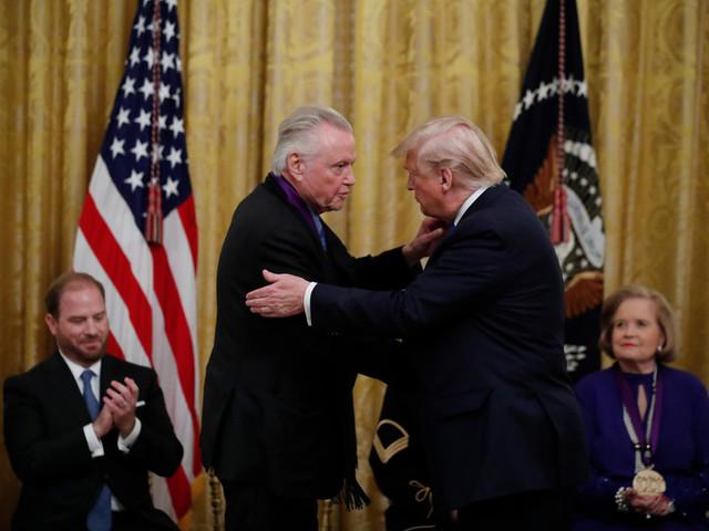 Trump décore Jon Voight, l'un de ses rares soutiens à Hollywood