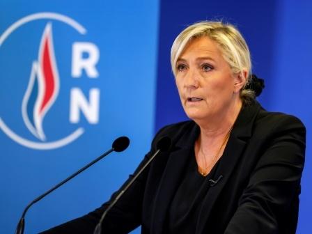 """Photos d'exactions de l'EI sur Twitter: Le Pen dénonce un """"procès politique"""""""
