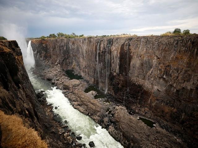 Merveilles de la nature, les chutes Victoria sont presque à sec