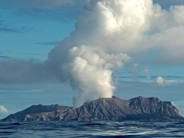 Nouvelle-Zélande: l'éruption d'un volcan fait au moins un mort et plusieurs blessés