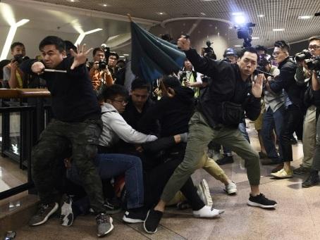 Hong Kong: affrontements dans des centres commerciaux la veille de Noël