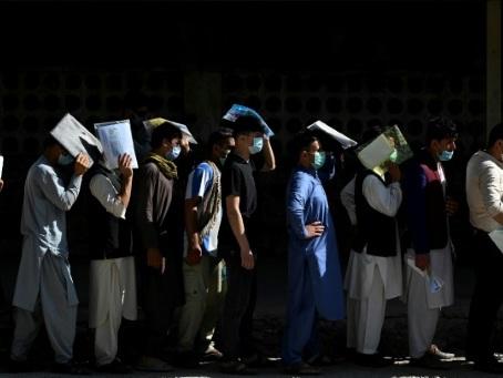 """A Kaboul, des Afghans en quête de passeport, """"au cas où""""..."""