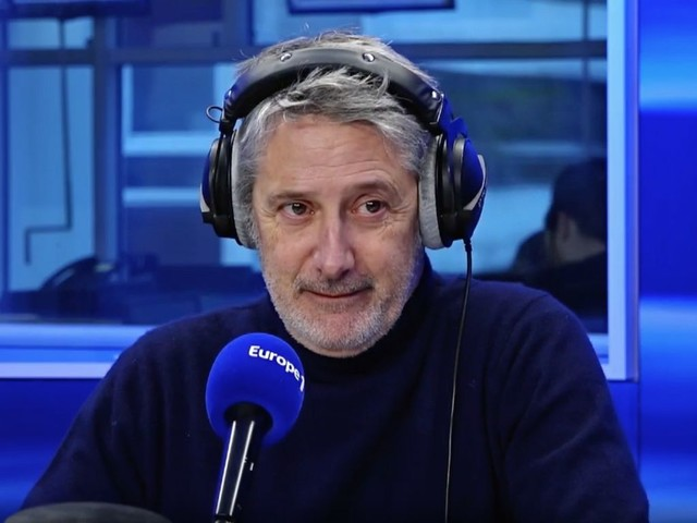 Antoine de Caunes obligé de faire une interview en direct en slip (VIDEO)