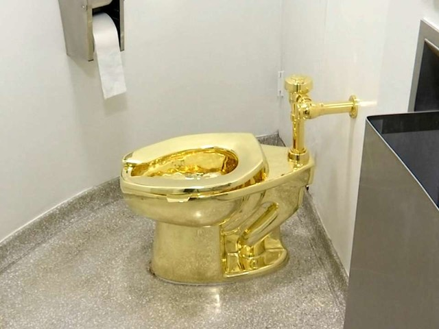 Les toilettes en or massif de l'artiste Maurizio Cattelan volées dans un palais anglais
