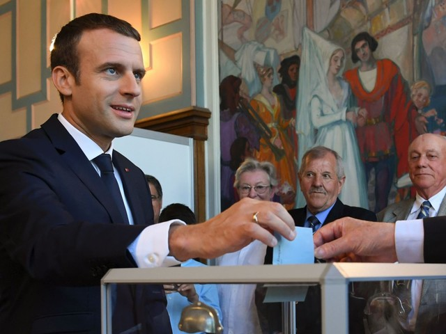 Législatives en France: majorité écrasante pour Macron, abstention record