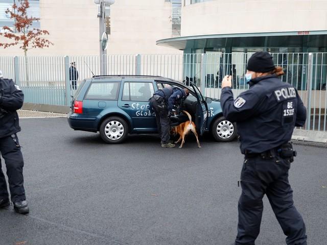 Allemagne : une voiture percute la grille d'entrée des bureaux d'Angela Merkel à Berlin