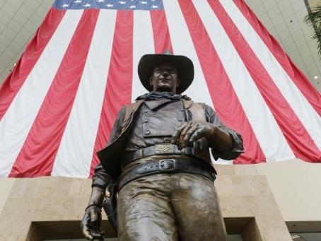 Racisme: Donald Trump vole au secours de John Wayne