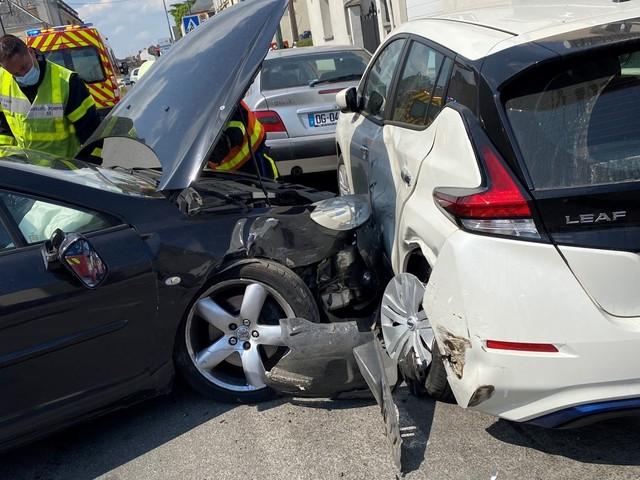 Laval : un automobiliste en état d'ébriété percute une voiture en stationnement