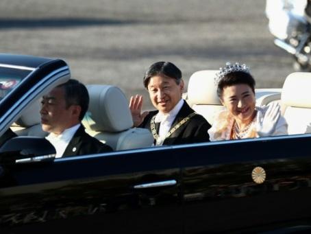 Défilé impérial: des dizaines de milliers de Japonais acclament leur nouvel empereur
