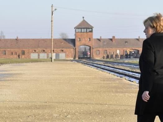 """La mémoire des crimes nazis """"inséparable"""" de l'identité allemande, déclare Angela Merkel à Auschwitz"""