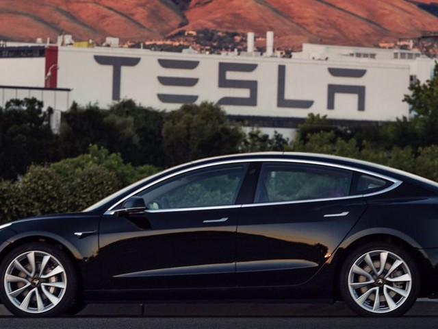 Elon Musk dévoile les photos de son Model 3: le patron de Tesla est-il le nouvel Henry Ford?