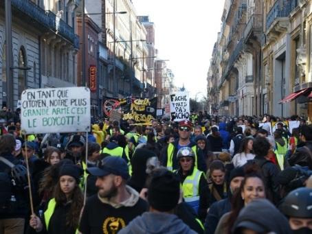 """""""Seule la mort nous arrêtera"""": des milliers de """"gilets jaunes"""" à Toulouse"""