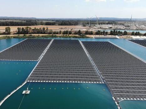 En Provence, une carrière désaffectée devient la première centrale solaire flottante de France