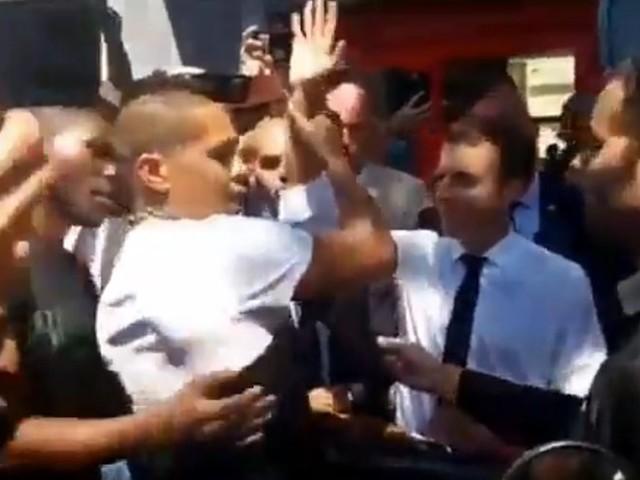 VIDÉO. À la Réunion, un jeune n'apprécie pas la main d'Emmanuel Macron posée sur son épaule
