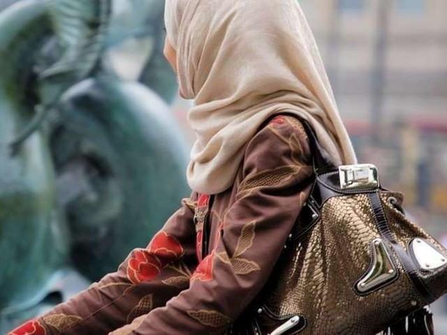 """""""Je tremblais de la tête aux pieds"""" : Fatima, la mère voilée prise à partie par un élu RN, témoigne"""