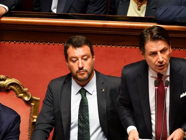 Le président du Conseil italien démissionne et se positionne contre Salvini