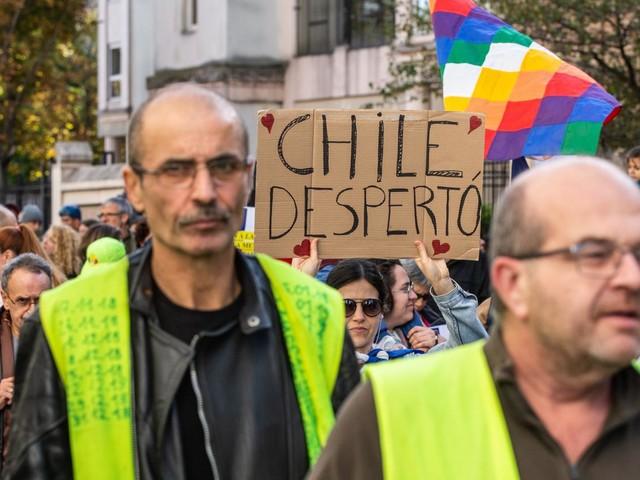 """""""On y voit des similitudes"""" : un an après le début du mouvement, les """"gilets jaunes"""" applaudissent les révoltes à l'étranger"""