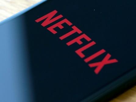 Netflix, confronté à une foule de concurrents, se montre prudent