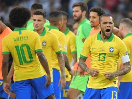 Copa America: La Seleçao, portée par Dani Alves, le collectionneur de titres