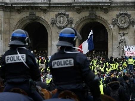 """""""On est toujours en galère"""": paroles de """"gilets jaunes"""" à Paris"""