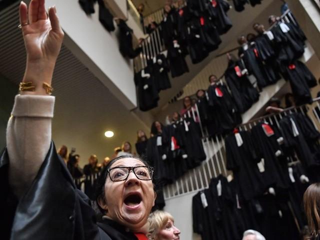 Face aux grèves inédites et aux humiliations, le milieu judiciaire peut-il sortir du chaos?