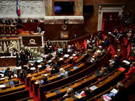 Retraites: des amendements symboliques et un incident de séance à l'Assemblée
