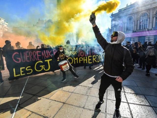 """Plusieurs milliers de """"gilets jaunes"""" défilent à Montpellier, Strasbourg, Toulouse ou Bordeaux"""