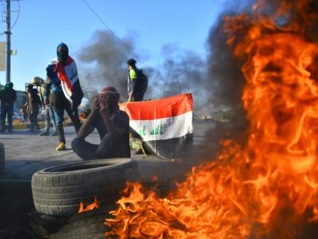 """En Irak, les manifestants anti-pouvoir disent non aux """"occupants américain et iranien"""""""