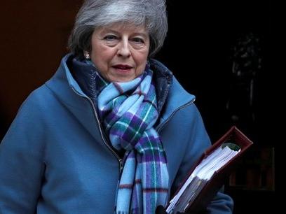 Brexit: May demande aux députés de ne pas paniquer