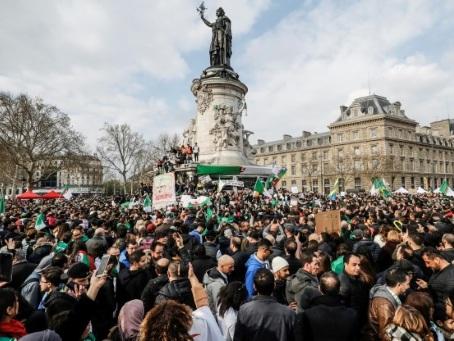 """Les Algériens de France manifestent de nouveau pour """"libérer l'Algérie"""""""