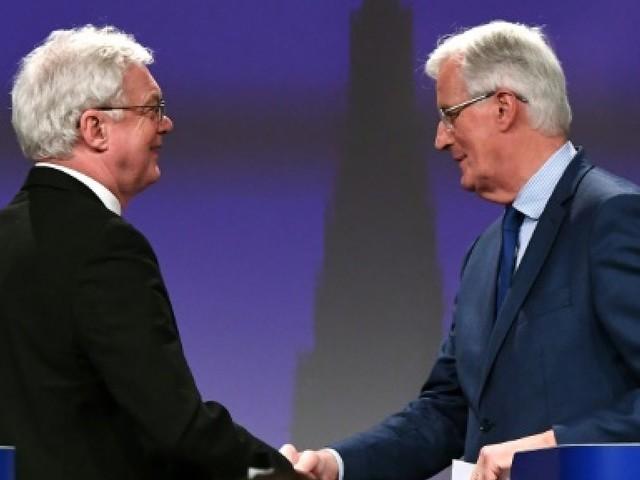 """Brexit: les négociations reprennent, le """"temps presse"""" prévient l'UE"""