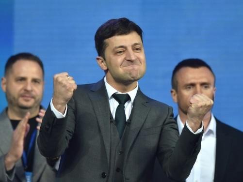 L'Ukraine se prépare à une victoire désormais probable du comédien Zelensky