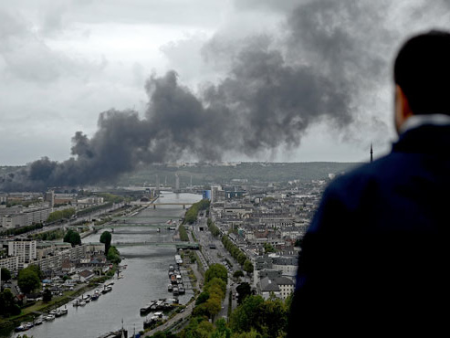 Ce que l'on sait un mois après l'incendie de l'usine Lubrizol de Rouen