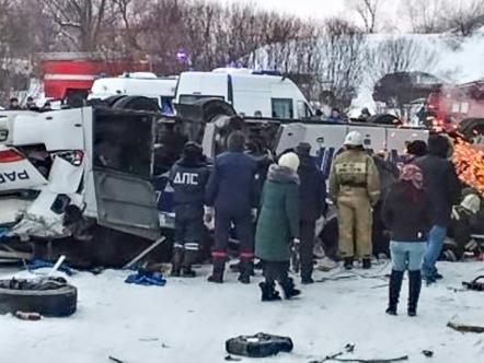 Russie: un bus chute dans une rivière gelée en Sibérie, 19 morts