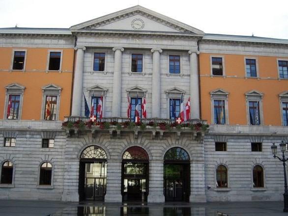 Un grave incendie ravage la mairie d'Annecy – images